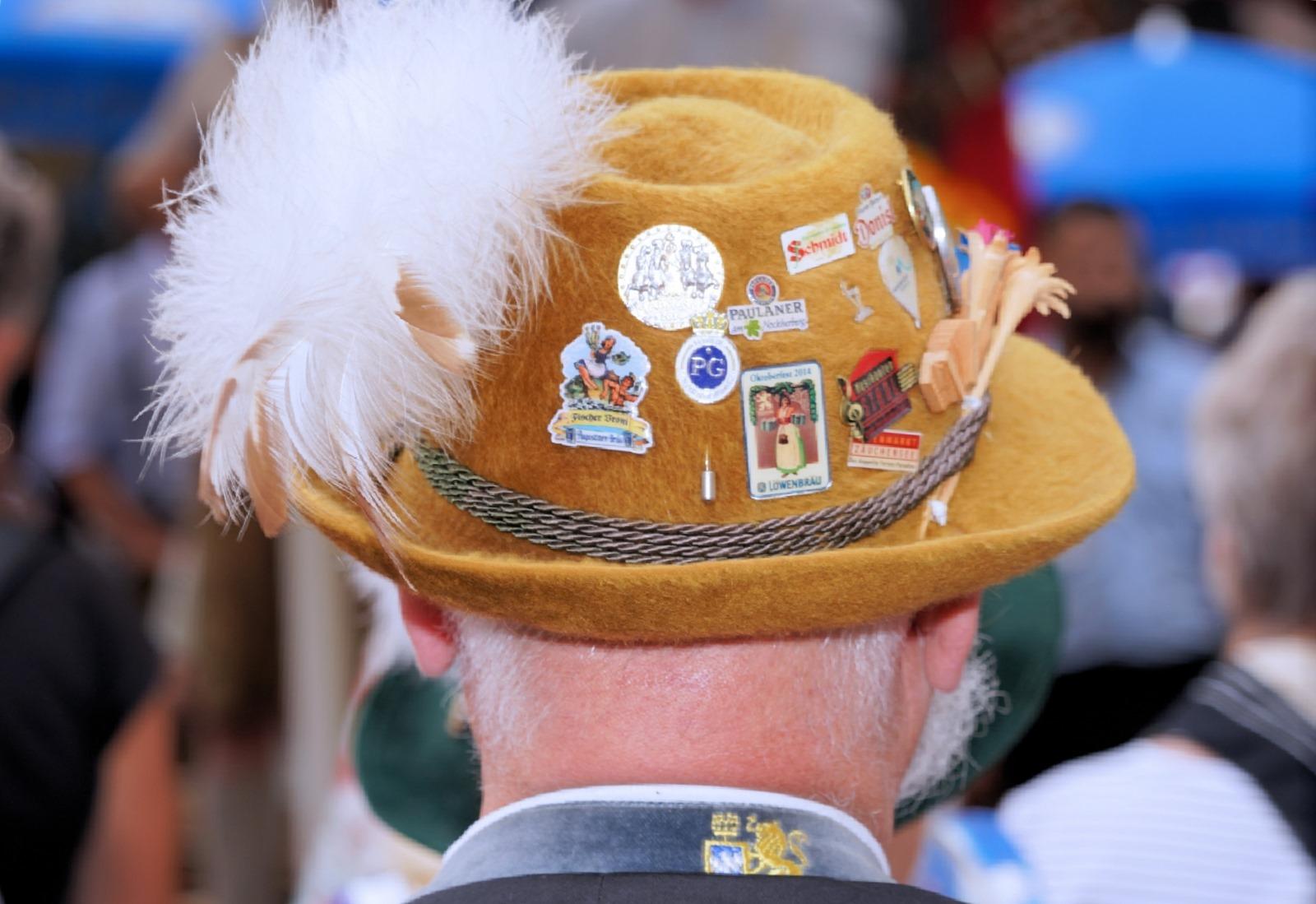 Mann mit Hut beim Brunnenfest