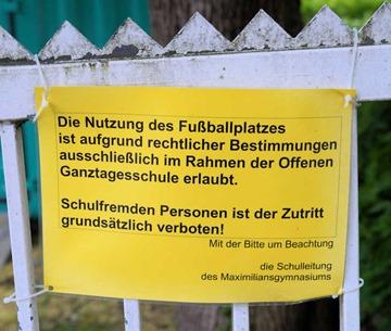 Die Nutzung des Fußballplatzes ist aufgrund rechtlicher Bestimmungen ausschließlich im Rahmen der Offenen Ganztagesschule erlaubt.