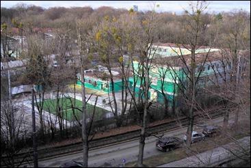 Containerschule mit Erweiterungbau und illegalem Fußballfeld