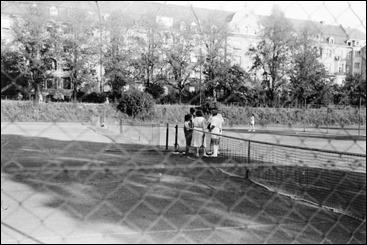 Felicitas Timpe (1923–2006) - Gruppenbild mit unbekannten Personen auf dem Tennisplatz gegenüber den Häusern an der Theodorparkstraße - 1951