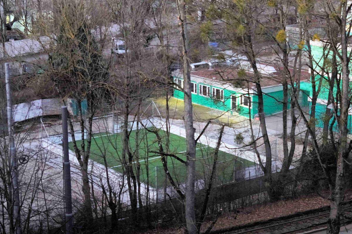 Socceranlage neben Containern